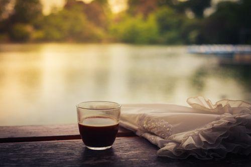 kaffee mit sonnenschirm bild